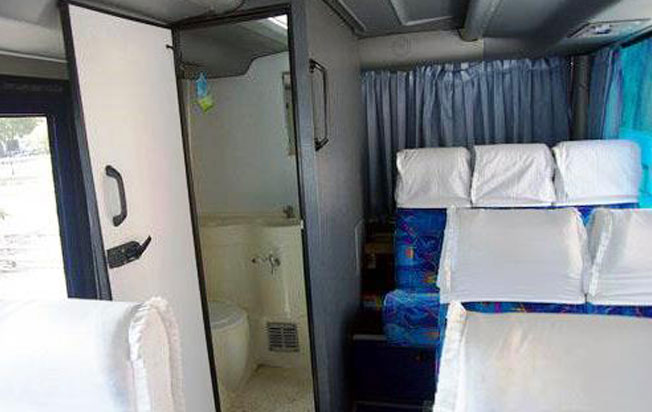 sewa bus pariwisata blue star interior dan toilet bus